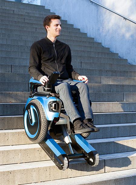 キャタピラで階段も登れる車椅子04