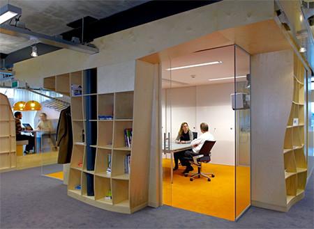 本棚で仕切られたオフィス03
