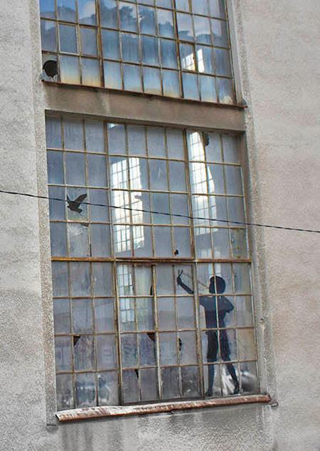 割れた窓ガラスのように見えるアートの画像(4枚目)