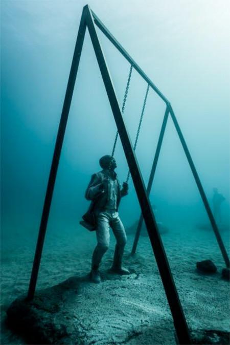 海底に沈む不気味な彫刻の画像(17枚目)