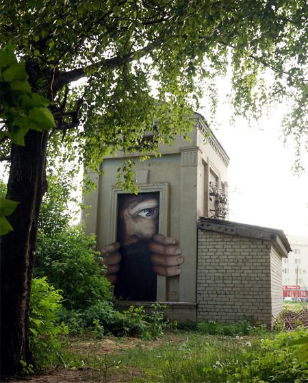建物に巨大な顔を描く03