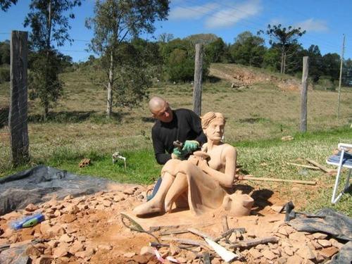 【画像】巨大な石を削って石造を作っている人がワイルド過ぎて凄い!!の画像(14枚目)