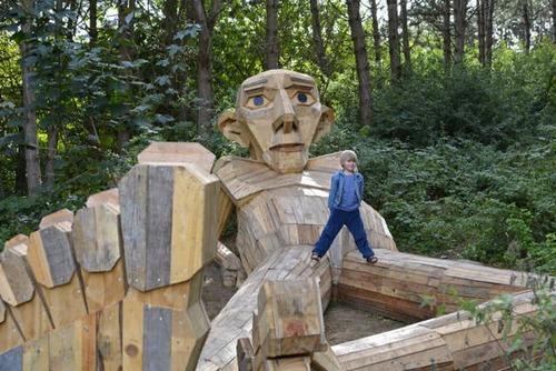 木でできた森の中の巨人の画像(3枚目)