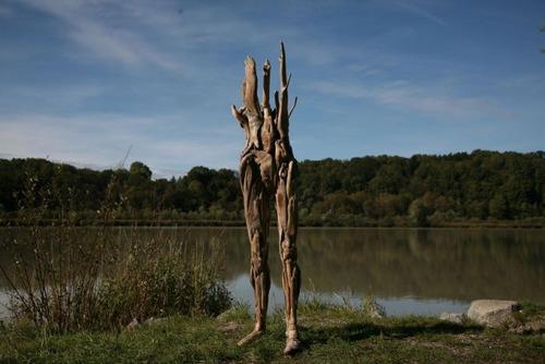 流木で作った人間のオブジェの画像(3枚目)