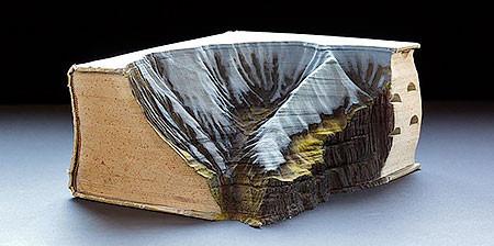 【画像】分厚い本が絶景になる!本を使ったアートが凄い!!の画像(1枚目)
