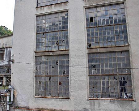 割れた窓ガラスのように見えるアートの画像(6枚目)