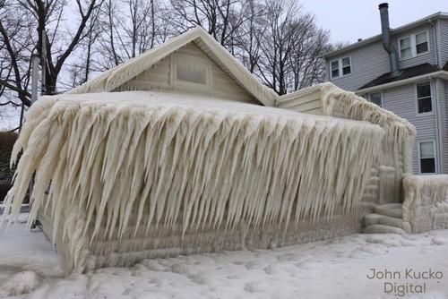 全てが凍っている家の画像(1枚目)