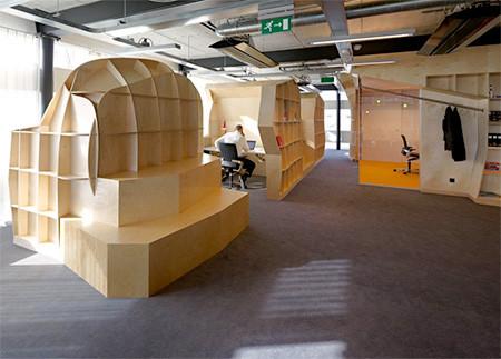 本棚で仕切られたオフィス04