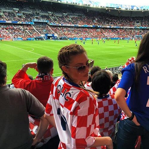 綺麗なサッカーのサポーターのお姉さんの画像の数々!!の画像(16枚目)