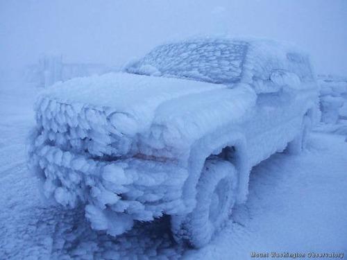 凍っている自動車の画像(2枚目)