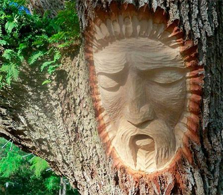 木に彫った顔の彫刻06