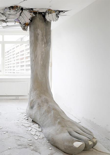 天井を突き破る大きな足09