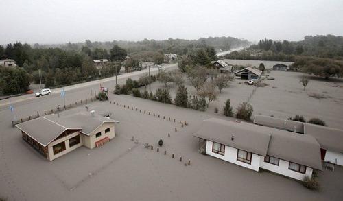 チリのカルブコ火山の噴火で街に積もった火山灰が酷い…の画像(2枚目)