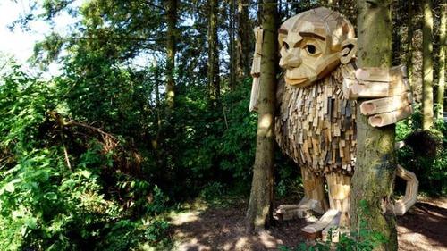 木でできた森の中の巨人の画像(2枚目)