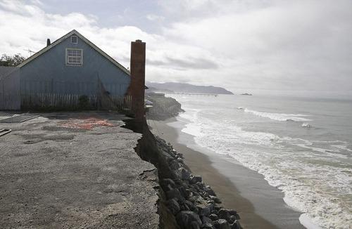 【画像】海沿いの崖が崩れて崩落中のカリフォルニアの町が怖すぎる!!の画像(1枚目)