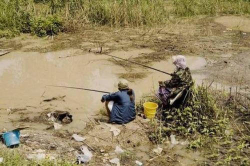 カオスなところで釣りをしている人達の画像(20枚目)