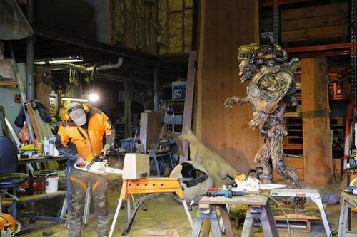 チェーンソーで作った宇宙人の彫刻が凄すぎる!!の画像(9枚目)