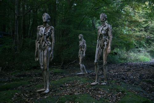 流木で作った人間のオブジェの画像(1枚目)