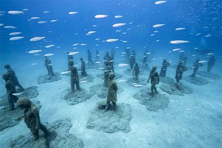 海底に沈む不気味な彫刻の画像(10枚目)