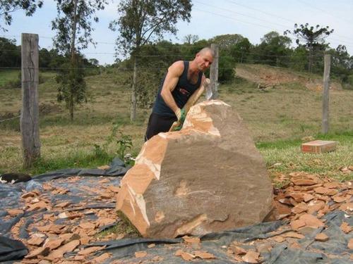 【画像】巨大な石を削って石造を作っている人がワイルド過ぎて凄い!!の画像(3枚目)