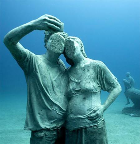 海底に沈む不気味な彫刻の画像(5枚目)