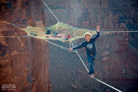 上空120m!断崖絶壁に設置された巨大なハンモック!の画像(1枚目)