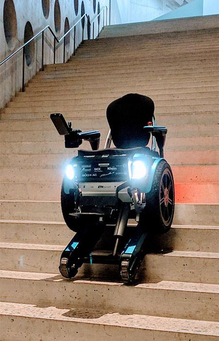 キャタピラで階段も登れる車椅子07
