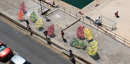 【画像】街中に超巨大な熊のグミが出現したと思ったら、そんなわけでは無いアート!!の画像(1枚目)