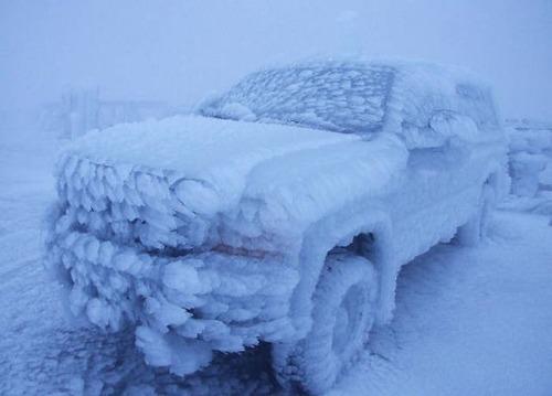 凍っている自動車の画像(1枚目)