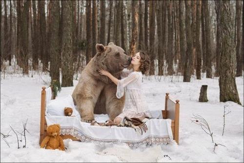恐ロシア!300kgのヒグマとロシア美人のアート写真が凄い!!の画像(1枚目)