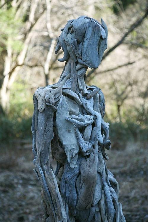 流木で作った人間のオブジェの画像(2枚目)