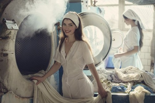 クリーニング店の女性店員の画像(2枚目)