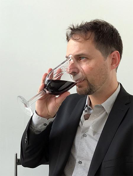 マスク型のワイングラスの画像(2枚目)