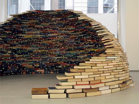 本を積み重ねて出来た「かまくら」の画像(5枚目)