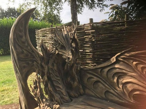 ドラゴンのベンチの画像(4枚目)