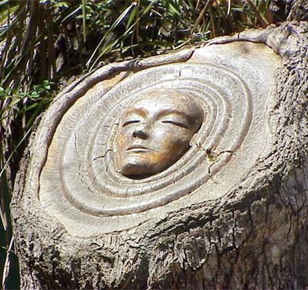 木に彫った顔の彫刻07