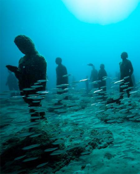 海底に沈む不気味な彫刻の画像(7枚目)