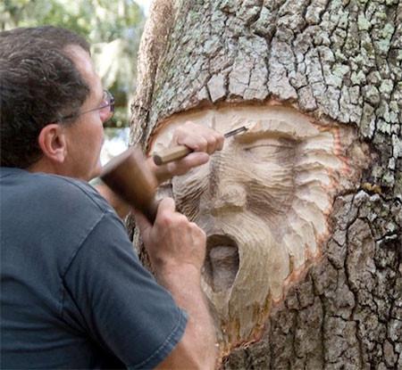 木に彫った顔の彫刻04