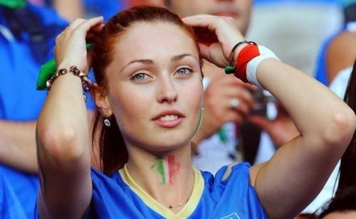 綺麗なサッカーのサポーターのお姉さんの画像の数々!!の画像(1枚目)