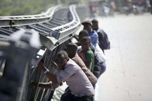 【画像】巨大な橋が崩落した後も壊れた橋を渡り続ける人々の様子!!の画像(1枚目)