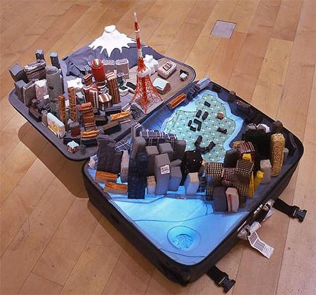 スーツケース内に再現されたジオラマの画像(2枚目)