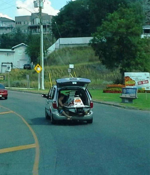 もはや職人技!?自動車やバイクで凄いものを運んでる画像の数々!!の画像(3枚目)