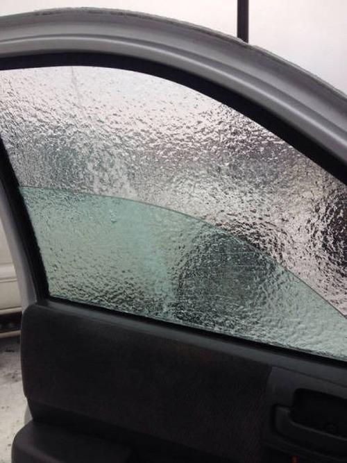 凍っている自動車の画像(9枚目)
