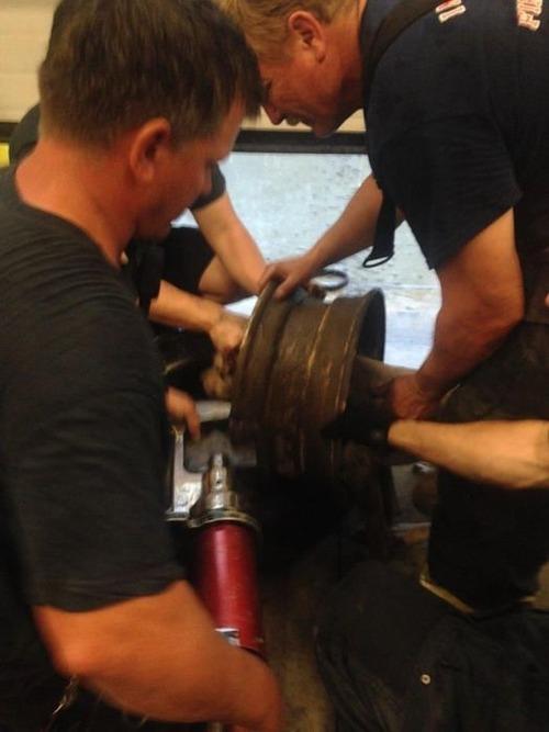 【画像】タイヤのホイールに頭がはまった犬の救助方法がなかなか凄い!!の画像(8枚目)