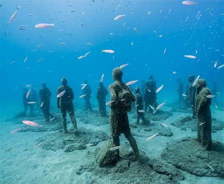 海底に沈む不気味な彫刻の画像(8枚目)