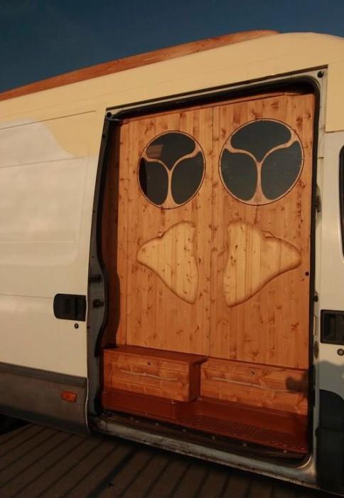 【画像】ワゴン車を木造のキャンピングカーにするカスタムが凄い!の画像(11枚目)