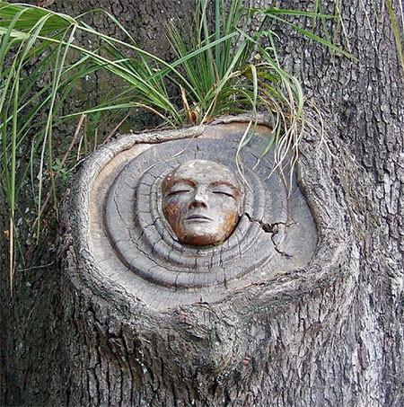 木に彫った顔の彫刻03