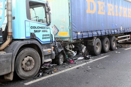 トラックにはさまれた自動車の画像(3枚目)