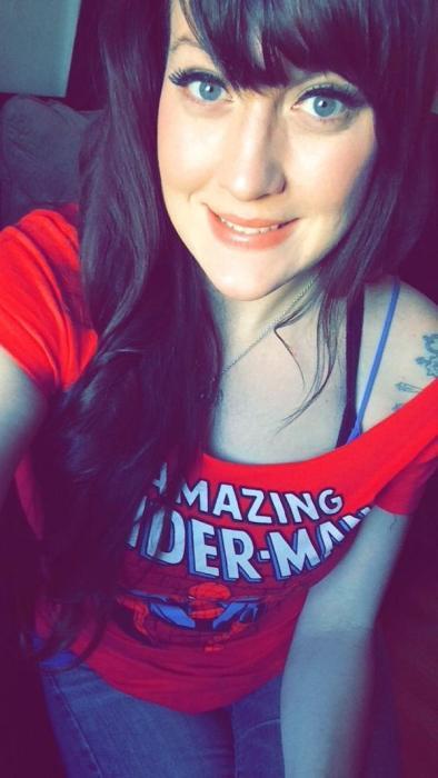 アメコミのヒーローのTシャツを着ている綺麗でセクシーなお姉さんの画像!!の画像(14枚目)