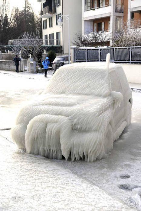 凍っている自動車の画像(17枚目)
